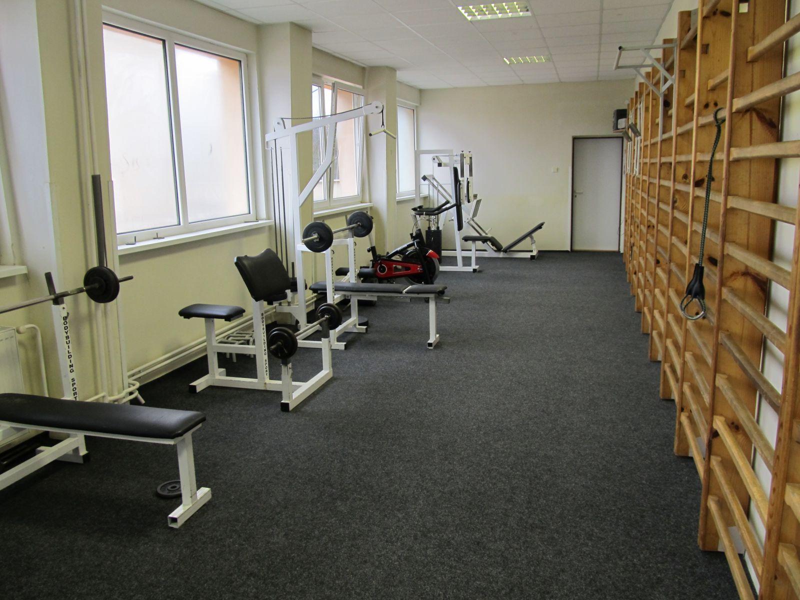 74fcd42c1 Telovýchovné priestory – telocvičňa a posilňovňa, slúžia na výučbu povinnej  telesnej výchovy a záujmovú telovýchovnú činnosť. Značná časť hodín je  vymedzená ...